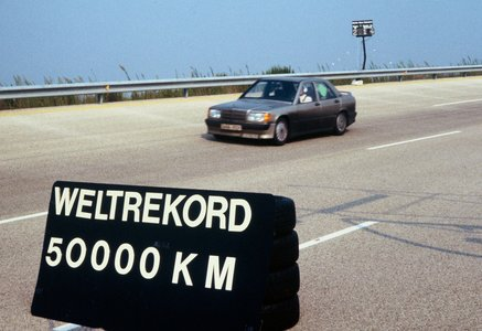 Weltrekordfahrt auf der Hochgeschwindigkeitsstrecke in Nardò/Italien mit dem Mercedes-Benz 190 E 2.3-16 (W 201), 11. bis 21. August 1983. Das Fahrzeug spult 50.000 Kilometer herunter und stellt insgesamt drei Weltrekorde und neun Klassenrekorde auf. Mercedes-Benz 190 E 2.3-16 (W 201), world record drive on the high-speed track in Nardò/Italy, 11 to 21 August 1983. The car covered 50,000 kilometres and set three world records and nine class records.