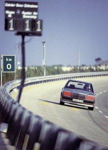 Weltrekordfahrt auf der Hochgeschwindigkeitsstrecke in Nardò/Italien mit dem Mercedes-Benz 190 E 2.3-16 (W 201), 11. bis 21. August 1983. Das Fahrzeug stellt insgesamt drei Weltrekorde und neun Klassenrekorde auf. World record drive on the high-speed circuit in Nardò/Italy in the Mercedes-Benz 190 E 2.3-16 (W 201), 11 to 21 August 1983. The vehicle set a total of three world.