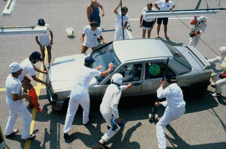 Weltrekordfahrt auf der Hochgeschwindigkeitsstrecke in Nardò/Italien mit dem Mercedes-Benz 190 E 2.3-16 (W 201), 11. bis 21. August 1983. Das Fahrzeug spult 50.000 Kilometer herunter und stellt insgesamt drei Weltrekorde und neun Klassenrekorde auf. Im Foto ein Servicestopp des Fahrzeugs mit grüner Farbmarkierung. Mercedes-Benz 190 E 2.3-16 (W 201), world record drive on the high-speed track in Nardò/Italy, 11 to 21 August 1983. The car covered 50,000 kilometres and set three world records and nine class records. The photo shows a service stop of the car with green colour mark.