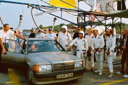 """50.000-km-Rekordfahrt in Nardo, 13. - 21.08.1983. Das Team Erich Waxenberger mit Mercedes-Benz Sieger Rekordwagen (""""rot"""") Typ 190 E 2.3-16 Nardo."""