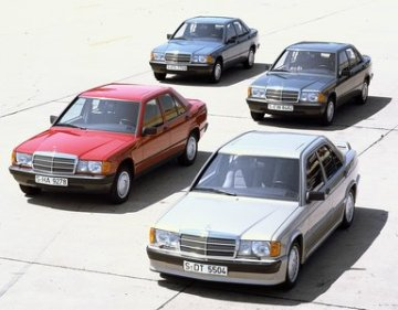 Kompaktes Quartett: Die Mercedes-Benz Kompaktklasse-Limousinen, Modelle der Baureihe 201: 190 E 2,3-16, 190 E, 190 D und 190 (von vorn). Compact quartet: Compact Mercedes-Benz sedan models from the 201 series: 190 E 2.3-16, 190 E, 190 D and 190 (from front to rear).