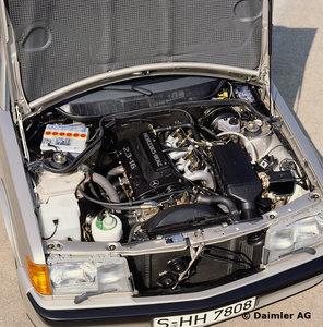 Motorraum des Mercedes-Benz Typ 190 E 2.3-16